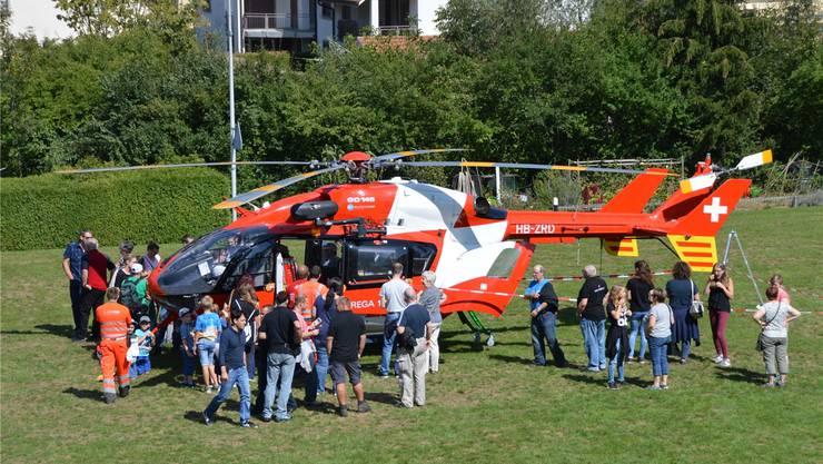 Als echter Publikumsmagnet erwies sich der Rega-Helikopter, wo sich die Besucher mit ihren Fragen um den Pilot und den Notarzt drängten. Fotos: Horatio Gollin