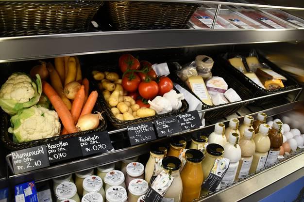 Im neuen Quartierlädeli im Pflegezentrum Süssbach werden frische, regionale Produkte angeboten. Blick ins Kühlregal.