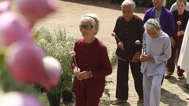 Überlebende des My-Lai-Massakers in Vietnam legen bei einer Zeremonie zum 50. Jahrestag Blumen nieder und gedenken der über 500 Opfer.