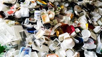 Seit sie fünf Rappen kosten, brauchen Kunden 80 Prozent weniger Plastiksäckli. Doch die Gebühren darauf sind scheinheilig. Denn viel mehr ins Gewicht fallen all die Verpackungen für Convenience Food – und der boomt.