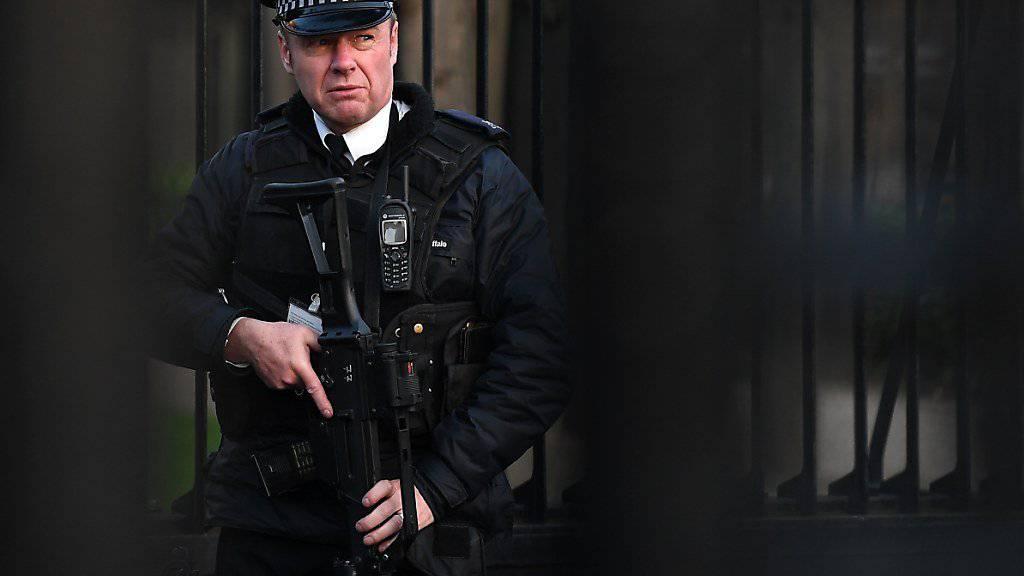 Ein Polizist bewacht dem Zugang zum britiscen Parlament in London. Nach dem Anschlag vom Mittwoch haben die Ermittlungsbehörden die Mehrzahl der im Nachgang der Tat verhafteten Personen wieder auf freie Fuss gesett. (Archvibild)