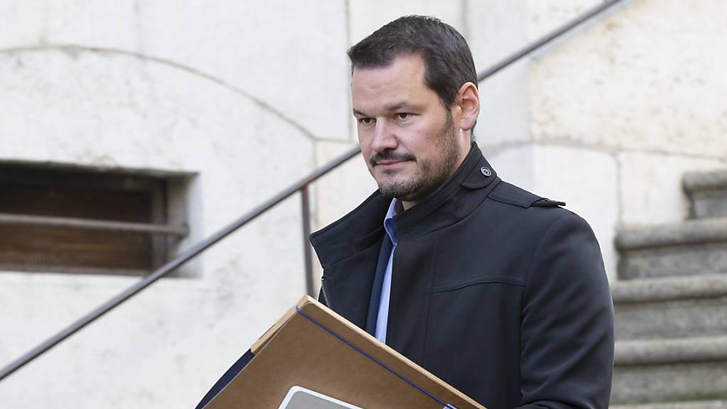 Pierre Maudet verlässt das Berufungsgericht in Genf. Seine Anwälte fordern einen Freispruch für den ehemaligen Staatsrat.
