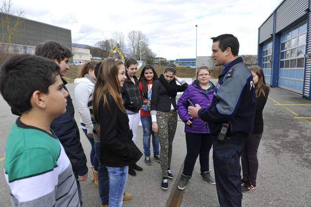 Stefan Zybach erklärt den Jugendlichen den Anhalteweg
