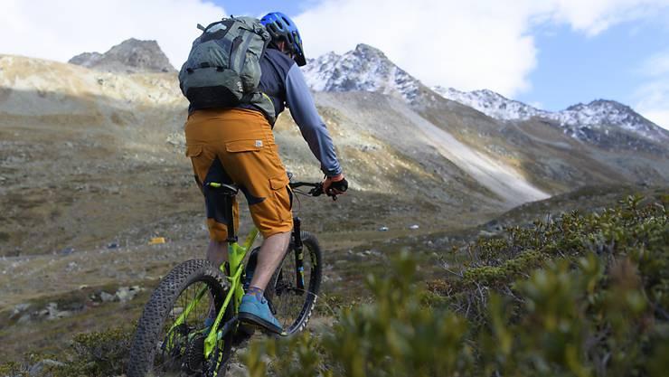 Radfahren ist nur auf befestigten Strassen und Wegen erlaubt. Wer abseits unterwegs ist, schädigt den Waldboden und stört die Wildtiere. (Symbolbild)