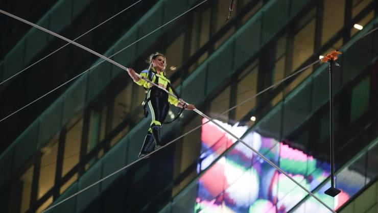 Die Artistin Lijana Wallenda hat am Sonntag in New York einen Seiltanz in schwindelerregender Höhe aufgeführt. Sie überquerte zusammen mit ihrem Bruder auf einem zwischen zwei Wolkenkratern aufgespannten Seil fünf Häuserblocks auf der Höhe des 25. Stockwerks.