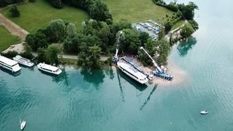 Nach einer langen Reise von Deutschland in den Aargau hat das Hallwilerseeschiff sein Ziel erreicht – am Donnerstag ist die «MS 2018» zu Wasser gelassen worden.