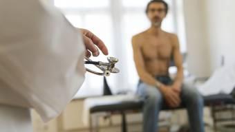 Die Schweiz weist mit mehr als 4 praktizierenden Ärzten pro 1000 Einwohnern eine der höchsten Ärztedichten auf.