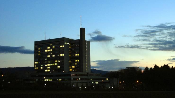 Die einen möchten das Spital am liebsten verkaufen, um dem Kanton zu mehr Spielraum zu verhelfen, die anderen möchten das Spital stärken, indem die Patientenfreizügigkeit mit Basel-Stadt eingeschränkt wird.