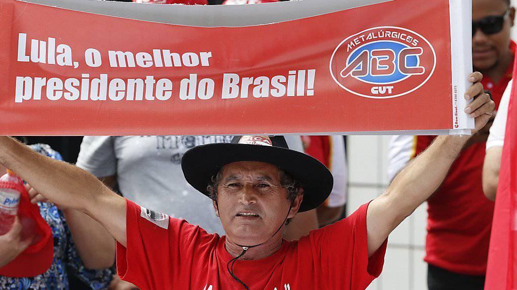 «Lula, der beste Präsident Brasiliens» steht auf dem Transparent, das dieser Mann in São Paulo hochhält: Der unter Druck stehende ehemalige Staatschef will erneut für das Präsidentenamt kandidieren.