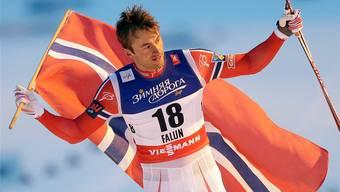 Petter Northug feiert seinen Weltmeistertitel im Sprint von Falun.