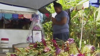 Eine Frau in Apia, Samoa, trauert um ihr an Masern gestorbenes Kind. (Archiv)