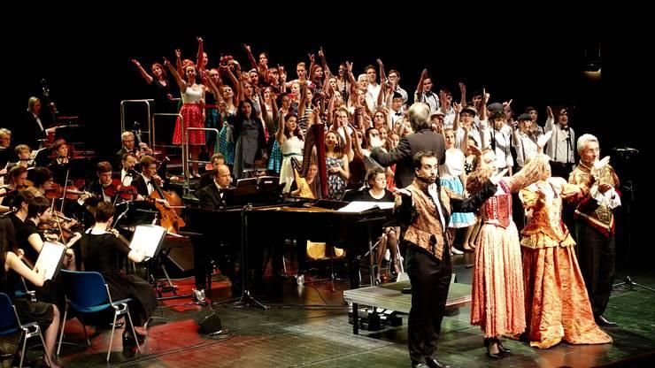 Der Chor und alle Mitwirkenden in Aktion