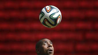 Gelson Fernandes jongliert mit dem Ball.
