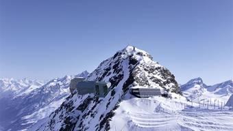 In der Mitte ist das Bergrestaurant zu erkennen. Ganz links befindet sich die alte Bergstation. Am zweiten Gebäude von links, der neuen Bergstation, bringt Helion die Solarpanels an. Daneben ist auch die Bergstation einer weiteren geplanten Seilbahn zu sehen.