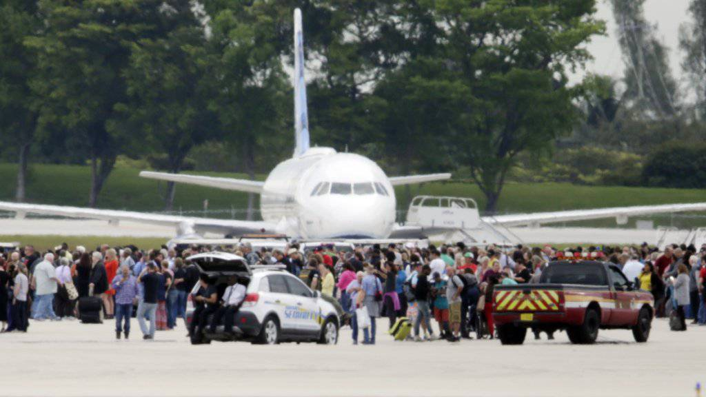 Auf dem Flughafen von Fort Lauderdale wurden hunderte Passagiere auf dem Rollfeld in Sicherheit gebracht, nachdem ein Mann um sich geschossen und fünf Menschen getötet hat.