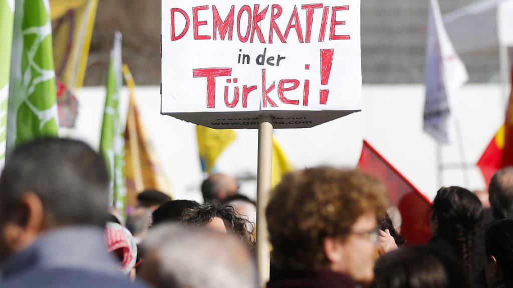 """Teilnehmerinnen und Teilnehmer der Kundgebung """"für die Demokratie in der Türkei"""" am Samstag. Ein Anti-Erdogan-Plakat an der Kundgebung führte zum Protest der Türkei."""