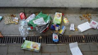 Ärgernis: Die Abfallberge auf dem Schulhausplatz sorgen bei Behörden und Anwohnern für Unmut. zvg