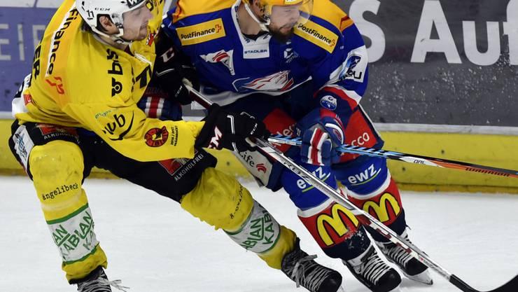 Berns Alain Berger (links) versucht den ZSC-Schweden Robert Nilsson zu stoppen
