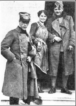 Die «echte» Gilberte Montavon, mit Soldaten vor dem schweizweit bekannten Wirtshaus.