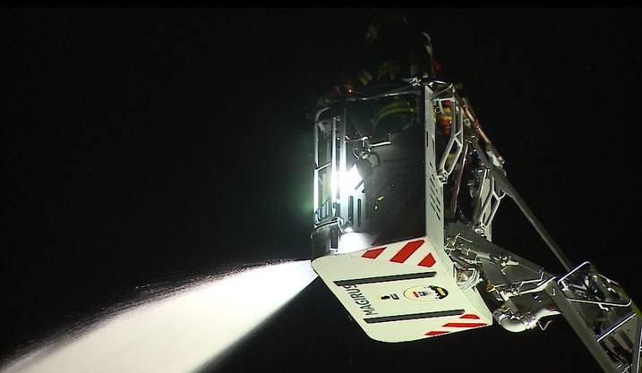 Die Feuerwehr ist schnell vor Ort und bringt den Brand rasch unter Kontrolle.
