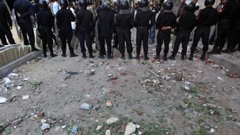 Die ägyptische Polizei stellt sich zwischen die verfeindeten Lager