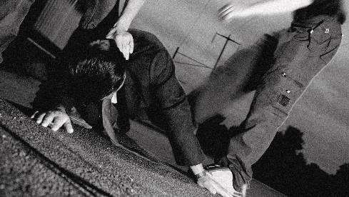 Als das Opfer zu Boden fiel, schnappten sich die beiden Täter die Tasche. Symbolbild/az