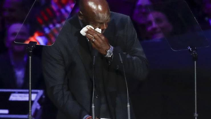 Michael Jordan kann die Tränen bei seiner Rede nicht zurückhalten.