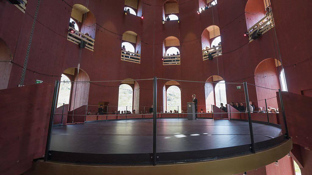 Schwebende Bühne in babylonischem Turm: Das bündnerische Kulturfestival Origen hat auf dem Julierpass ein ungesehenes Theaterbauwerk feierlich eröffnet.