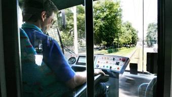 Weil Übergewicht zu gesundheitlichen Schäden führen kann, stellt es bei Bus- und Tramchauffeuren ein Sicherheitsrisiko dar.
