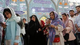 Bei der Präsidentenwahl im Iran zeichnet sich eine hohe Beteiligung ab. Bereits am frühen Morgen bildeten sich lange Schlangen vor den Wahllokalen.