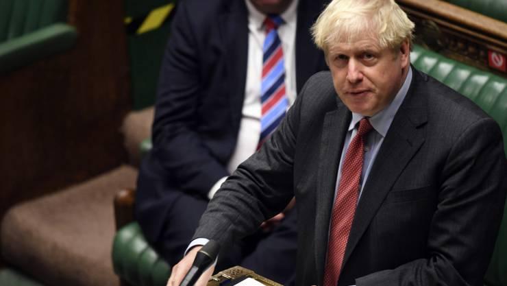 HANDOUT - Boris Johnson (r), Premierminister von Großbritannien, gibt im britischen Unterhaus vor den Abgeordneten eine Erklärung ab. Foto: Jessica Taylor/UK Parliament/AP/dpa - ACHTUNG: Nur zur redaktionellen Verwendung und nur mit vollständiger Nennung des vorstehenden Credits