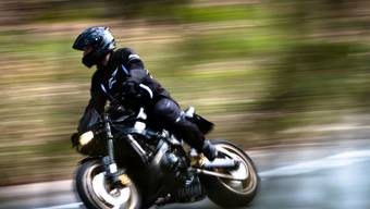 Mit 195 km/h in der Tempo-80-Zone unterwegs: Ein Motorradfahrer geriet am Wochenende in Lömmenschwil SG in eine Geschwindigkeitskontrolle der Polizei. (Archivbild)