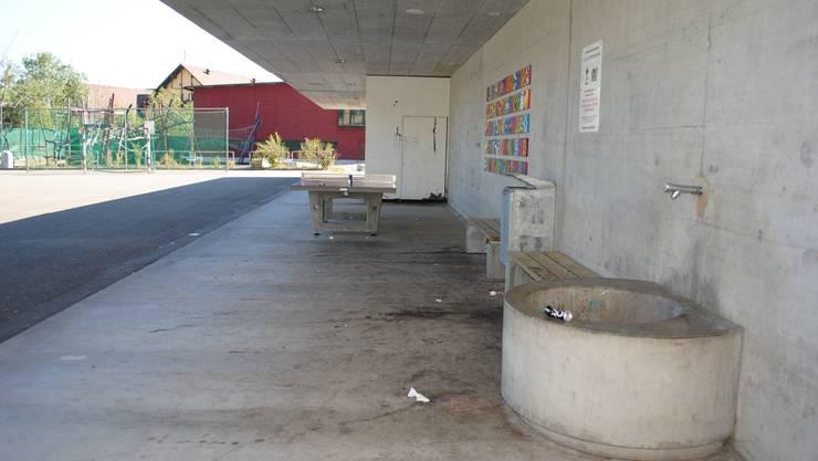 Solche Schauplätze sollen verhindert werden: Auf dem Pausenplatz des Schulhauses Burgmatt lassen Jugendliche ihren Abfall liegen.