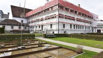 Eingerüstet: Das Kapuzinerkloster erfährt ine Fassadensanierung. Bruno Kissling