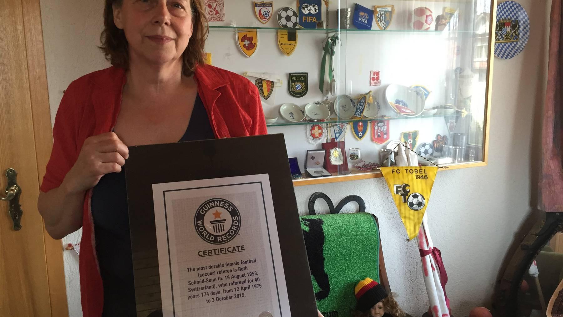 Ruth Schmid und ihr offizielles Guinness-Weltrekord-Zertifikat: «Ich freue mich riesig darüber.»