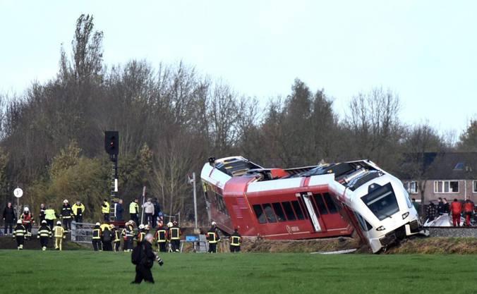 Rettungskräfte am Unfallort beim Dorf Winsum in der niederländischen Provinz Groningen. Beim Zusammenstoss eines Personenzugs mit einem Milchlaster wurden mehrere Menschen verletzt.
