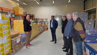 V.l.: Roger Bochinski, stellvertretender Plattformleiter, begrüsst Daniel Graf, Präsident FDP Grenchen, die FDP-Gemeinderäte Aldo Bigolin und Renato Müller sowie Hans Graf in der Verteilzentrale von Tischlein Deck Dich.