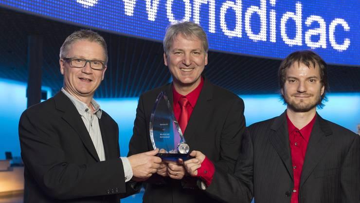Rolf Helbling (Berufsfachschullehrer, Luzern), Henning G. Timcke (CEO) und Andreas U. Trottmann (Werft 22 (v. l.) präsentieren den Award.