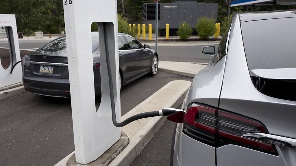 """Ein Tesla-Auto wird an einem Supercharger aufgeladen. Bislang war das gratis. Für Neukunden wird künftig eine """"kleine Gebühr"""" fällig."""
