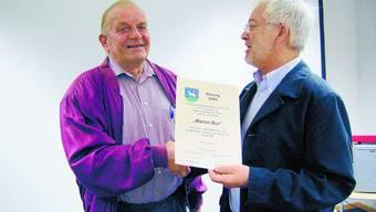 Ehre: Martin Bur (l.) wurde als «stiller Schaffer» von Gemeindepräsident Erich Burkhalter geehrt.