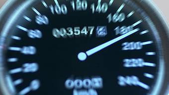 Mehrere Schweizer Autofahrer lieferten sich Rennen auf der deutschen Autobahn.