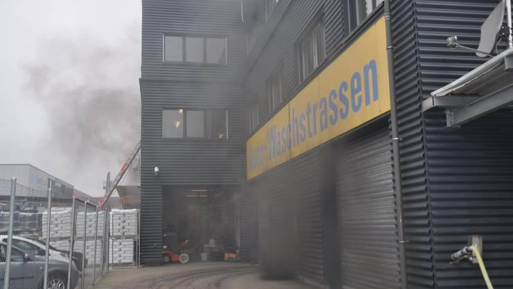 Härkingen SO, 23. Januar: Ein Elektroauto fängt in einer Einstellhalle an zu brennen. Verletzt wurde niemand.