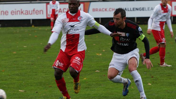 Duell der beiden Teamcaptains: Wohlens Michael Winsauer (dunkles Dress) gegen Patrick Bengondo. Rubu.