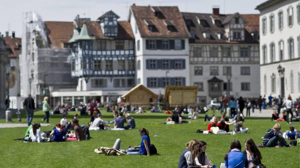 Der Klosterplatz ist ein beliebter Treffpunkt an Sommertagen.