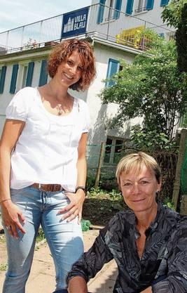 Esther Wernli (l.) und Susanne Zimmann vor der «Villa Blau».