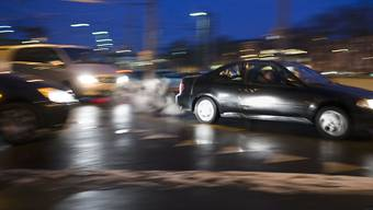 Das Bundesgericht hat einen Autolenker freigesprochen, dem unvermittelt ein Fussgänger vor das Auto lief. (Symbolbild)