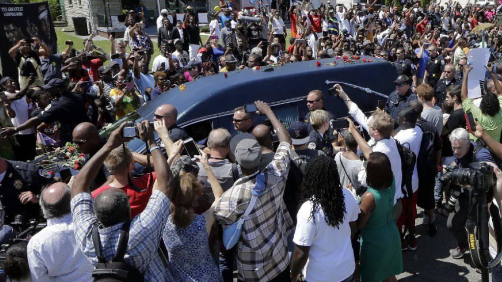 Tausende säumen beim Trauerzug von Muhammad Ali  in Louisville die Strassen