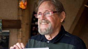 Sepp Marty hält das Brugger Fasnachtsposter 2014 hoch. Annika Bütschi