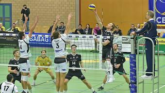 Volley Schönenwerds Captain Leandro Gerber sucht nach der Lücke.
