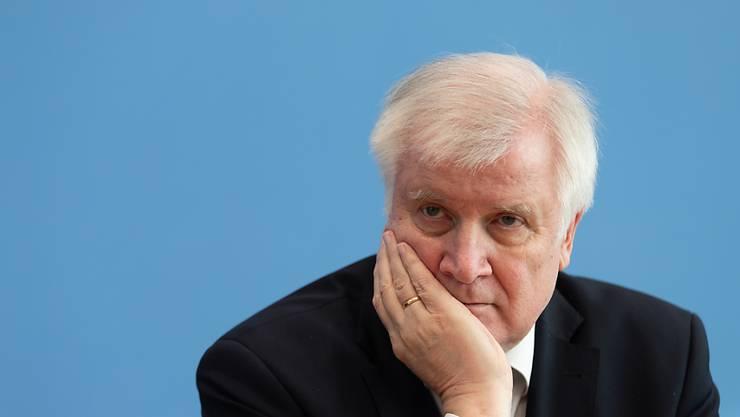 Der deutsche Innenminister Horst Seehofer rechnet damit, dass das Coronavirus die Welt noch länger beschäftigen wird. Er hofft auf einen Impfstoff gegen das Virus bis Ende Jahr. (Archivbild)